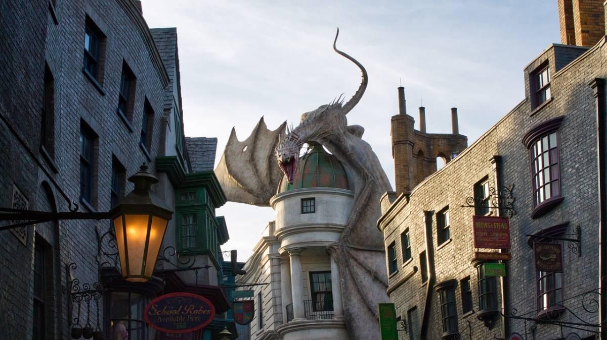Dragon on top of Gringott's Bank at Harry Potter World